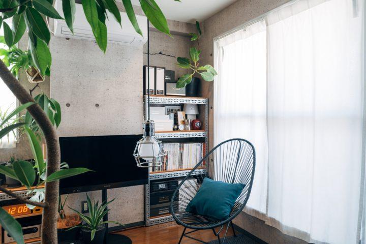 テレビを設置している側の壁の柱を挟んで2カ所に同じデザインで置く