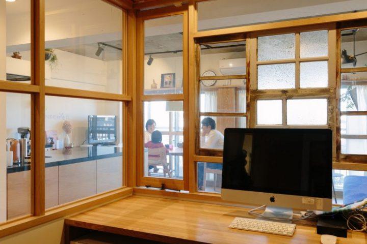 アンティークな室内窓のワークスペース2