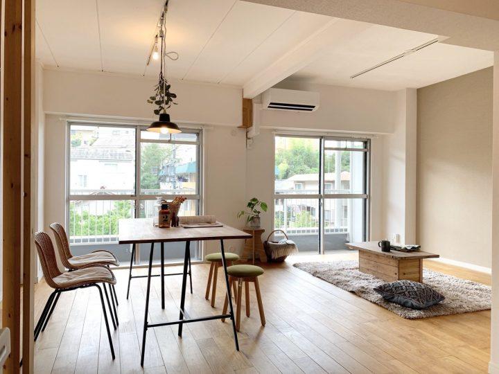 無垢材の床に合わせたセンスの良いリビングの部屋