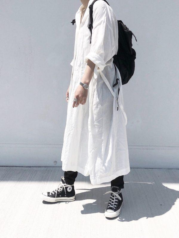 白シャツワンピース×黒リュックの春コーデ