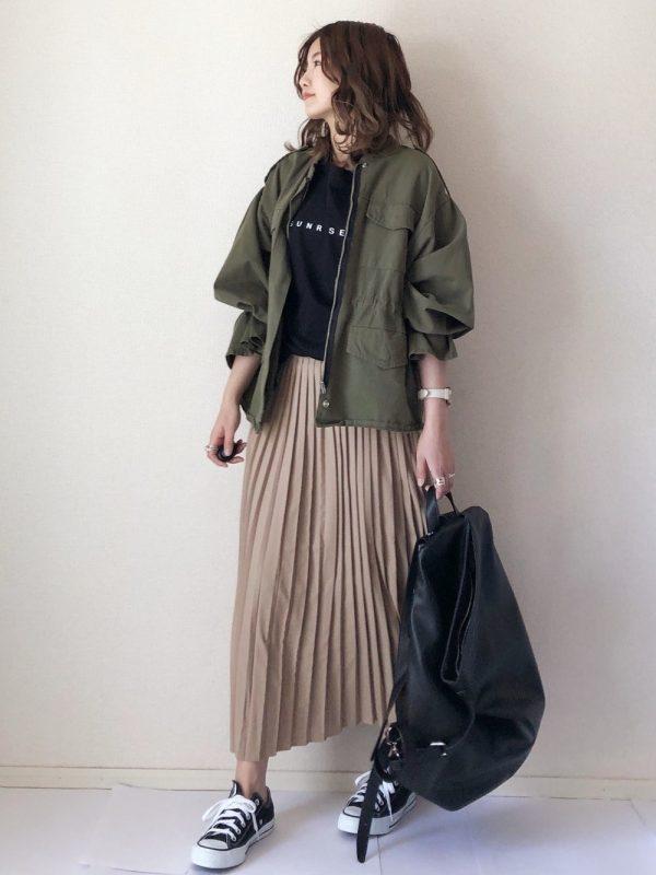 プリーツスカート×黒リュックの春コーデ