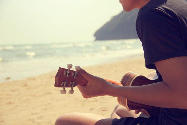 楽器を弾く男性