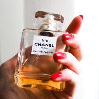 もっと魅力的になれる。アンバーの香りがするアイテムで素敵な大人の女性になろう