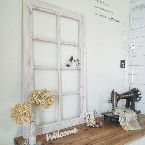 インテリアとして飾るシンプルな窓枠