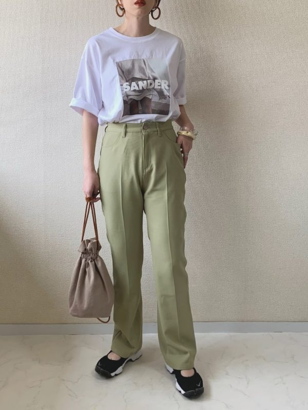 緑パンツ×黒スニーカーのレディース夏コーデ