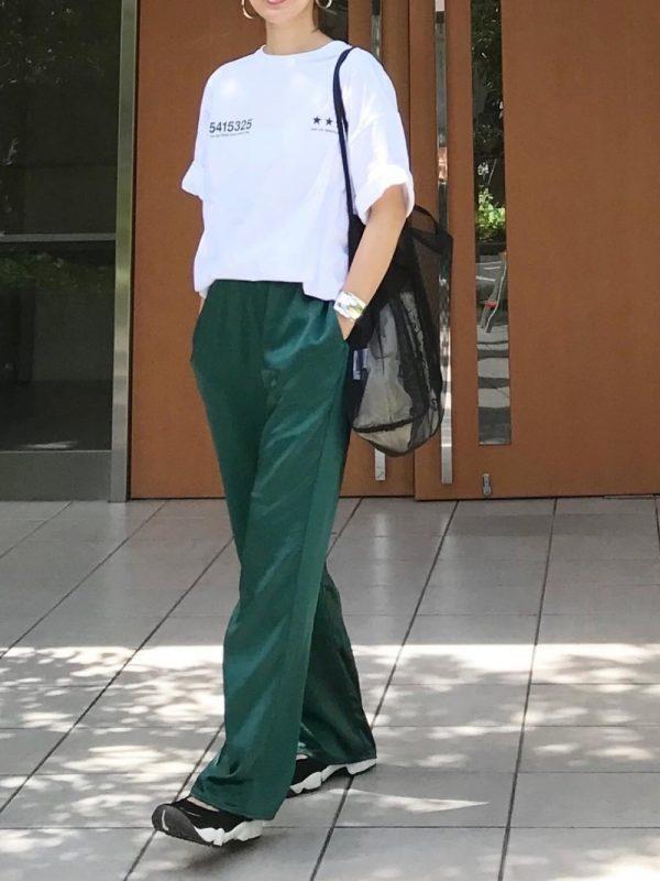 ロゴTシャツ×黒スニーカーのレディース夏コーデ