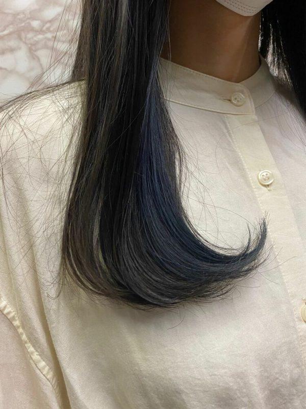 ブルーのイヤリングインナーカラー