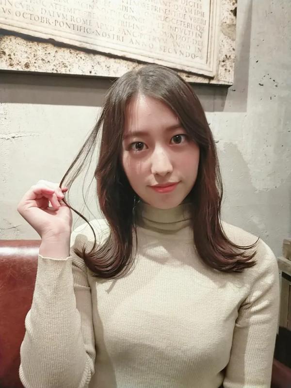 外ハネがおしゃれな前髪なしの韓国風ミディアム
