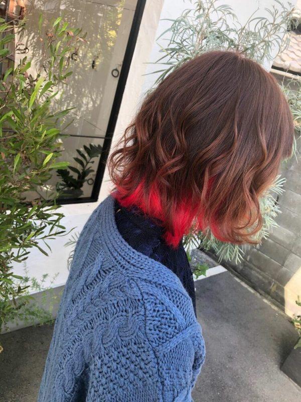 鮮やかな色が目を引く赤インナーカラー