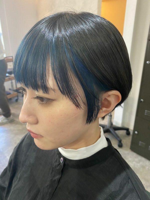 大人女子にも似合うブルー系インナーカラー