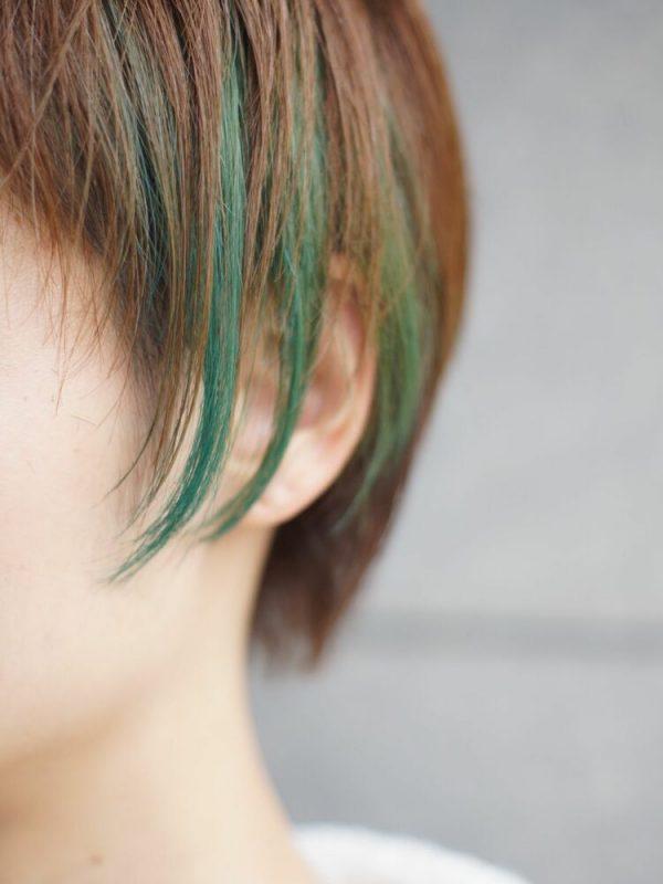 細めに入れた緑インナーカラー