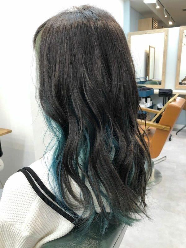 黒髪パーマロング×ライトブルーインナーカラー