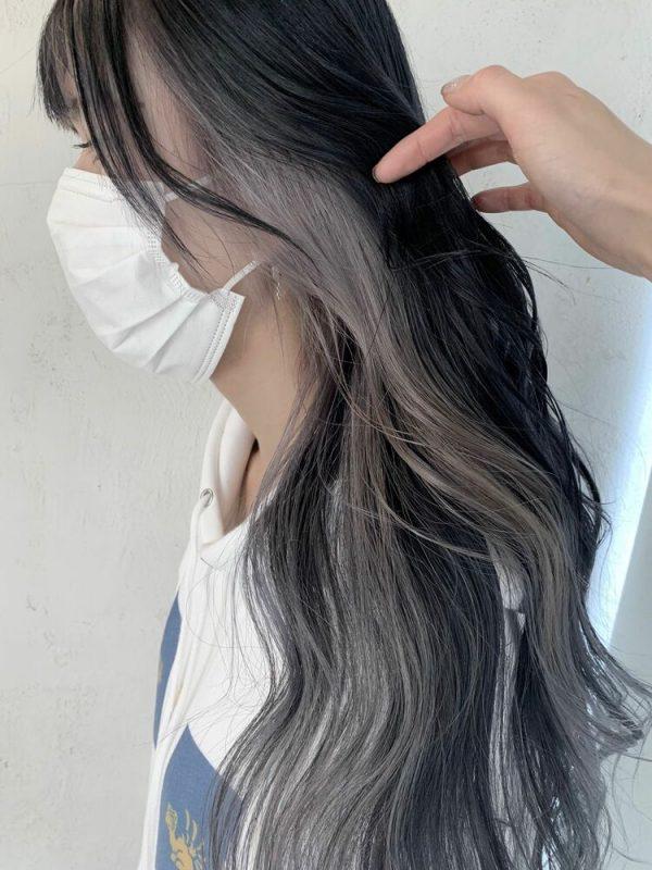 黒髪パーマロング×ホワイトグレージュインナーカラー