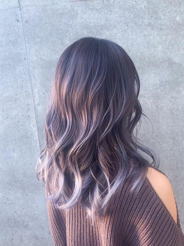 紫系ホワイトパープルヘアカラーのセミロング