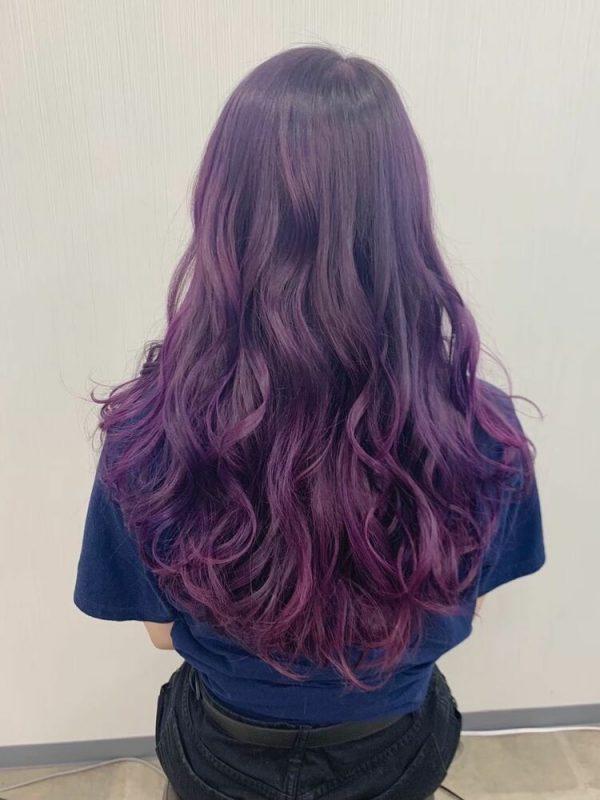 グラマラスバイオレットの巻き髪ロングヘア