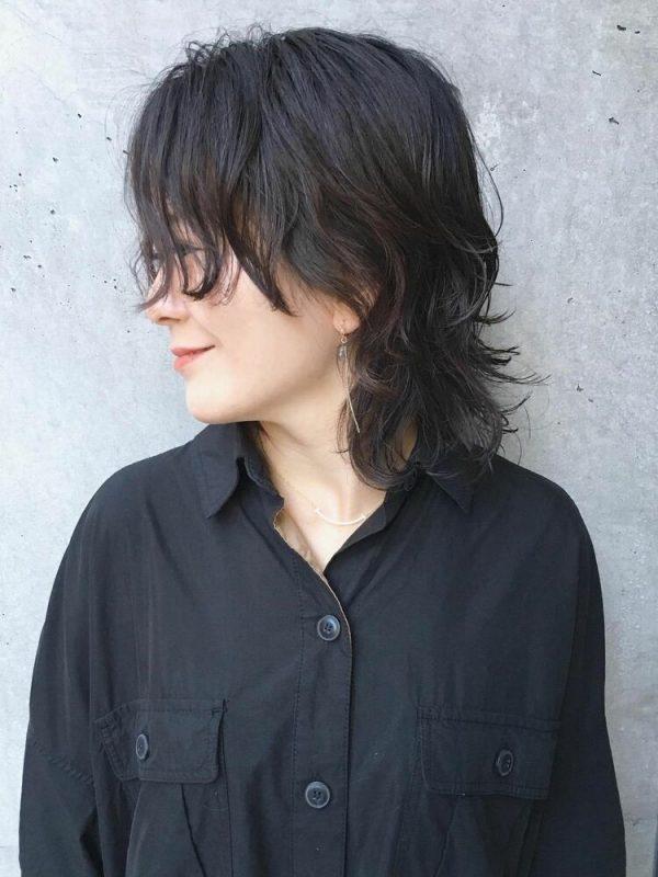 おしゃれな黒髪マッシュウルフの髪型