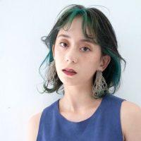 緑のインナーカラーに挑戦しよう。暗めの髪色にも馴染みやすい人気の合わせ方