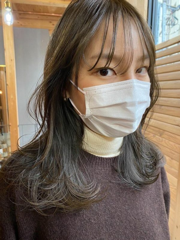 おしゃれな韓国ヘア×オリーブベージュの髪色