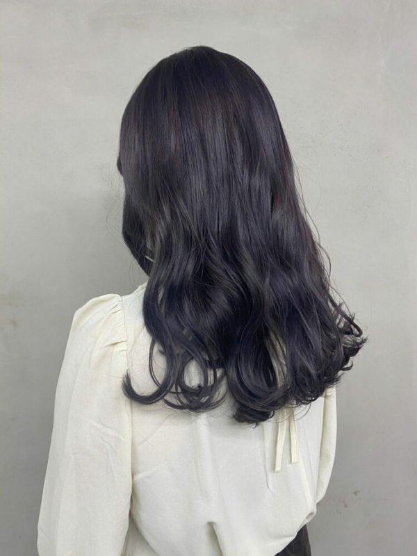 黒髪パーマロング×パープルグレージュインナーカラー