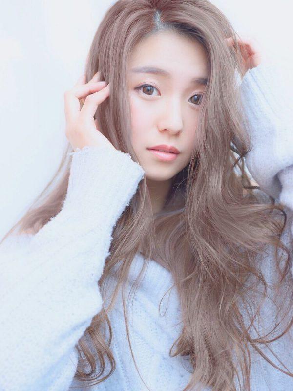 ロングパーマ×ライトブラウンの髪色