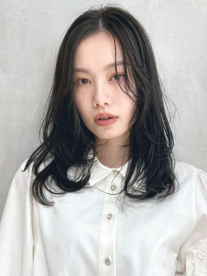黒髪×前髪なしのセミロングパーマ