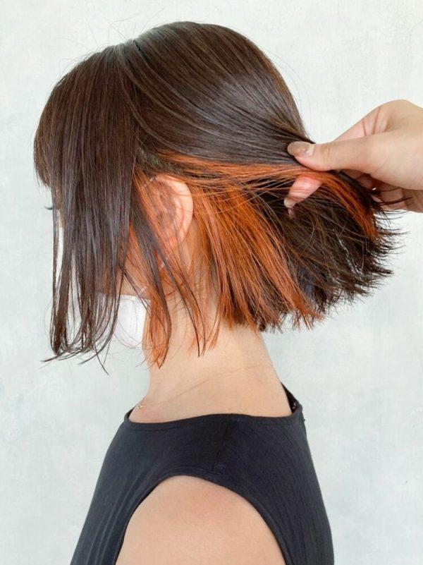 ぱっと目を引く明るいインナーカラーの髪型
