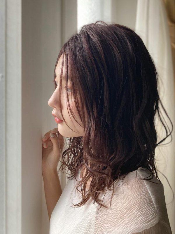 夏らしいセミロングの髪型14