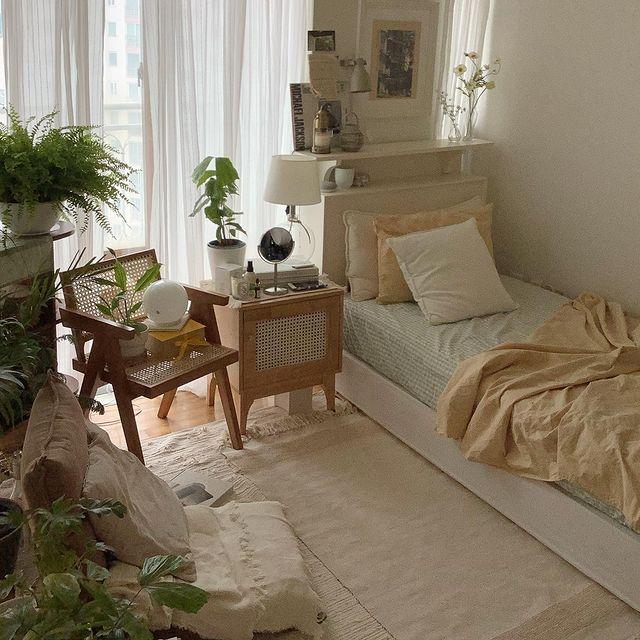 グリーンがたくさんある韓国インテリアの寝室