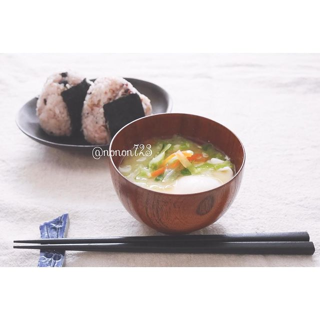 落とし卵と野菜の味噌汁