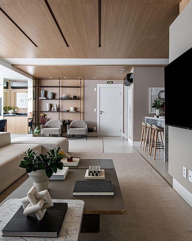木目天井のベージュのお部屋