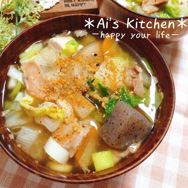 豚汁、ネギ、こんにゃく、人参、スープ、豆腐。