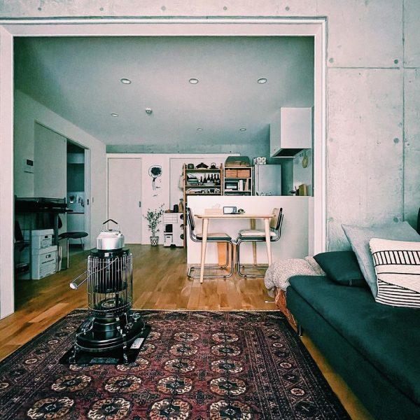 キッチン側にダイニング、壁とソファを並行に配置した例3
