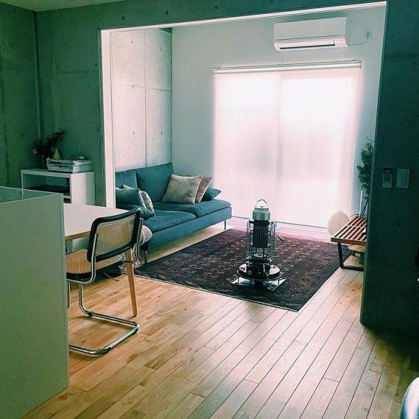 キッチン側にダイニング、壁とソファを並行に配置した例4
