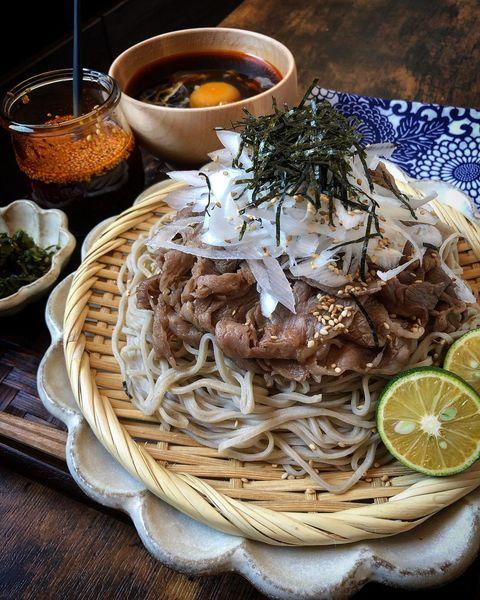 ざるそば、牛肉、ネギ、海苔、かぼす、麺つゆ、卵、ラー油。