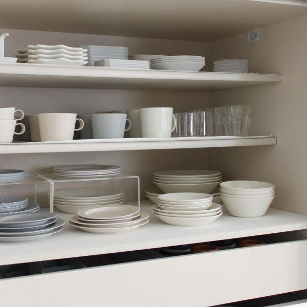 食器の並べ方を工夫したシステムキッチン収納