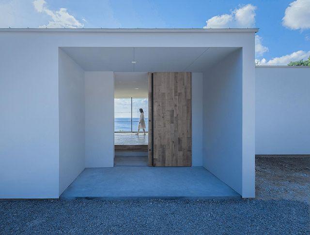 大きな窓と向かい合わせの玄関