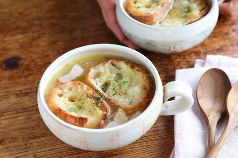 バゲット、スープ、ベーコン、パセリ。