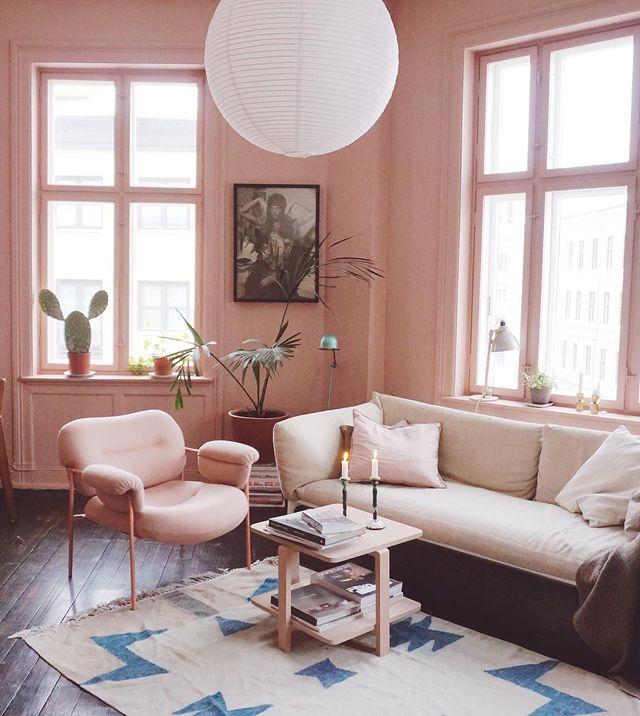 大人可愛いピンクなリビングの模様替えアイデア