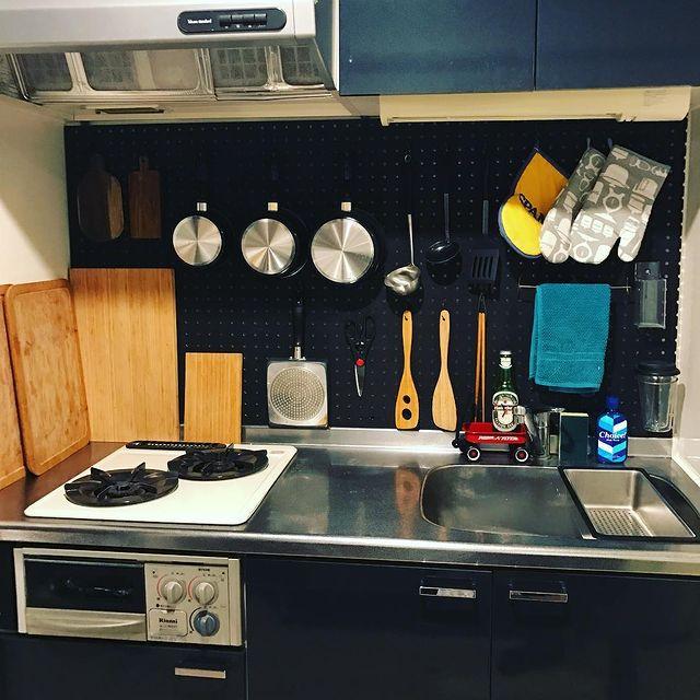 有孔ボードを活用した二人暮らしのキッチン収納