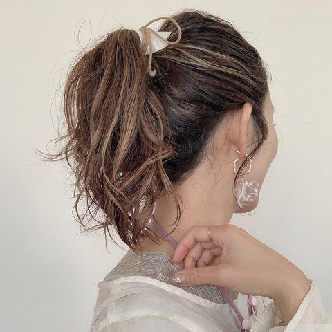 紐を使ったポニーテールのまとめ髪