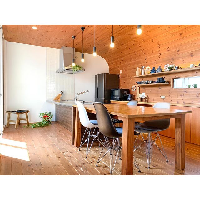 木製の長方形ダイニングテーブル