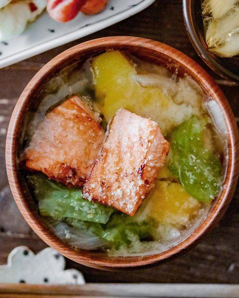 鮭と春キャベツの味噌汁