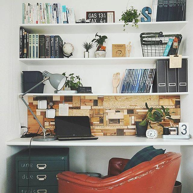 壁面を使って収納力抜群の仕事机
