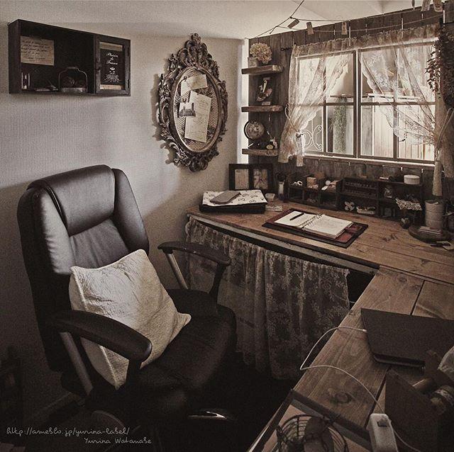 壁面とL字机で自分の空間を作り上げた仕事机