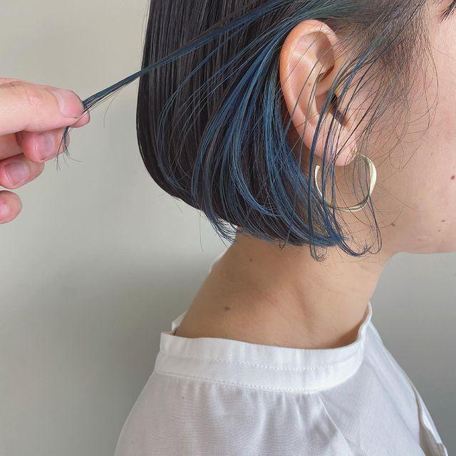 黒髪に馴染むブルーインナーカラーショート