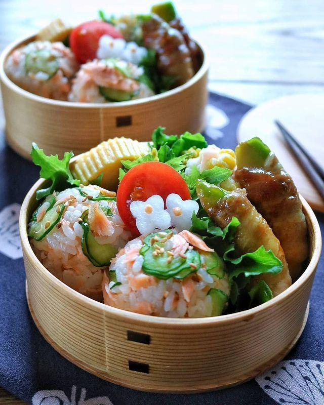 華やか♡鮭ときゅうりの一口おにぎりレシピ