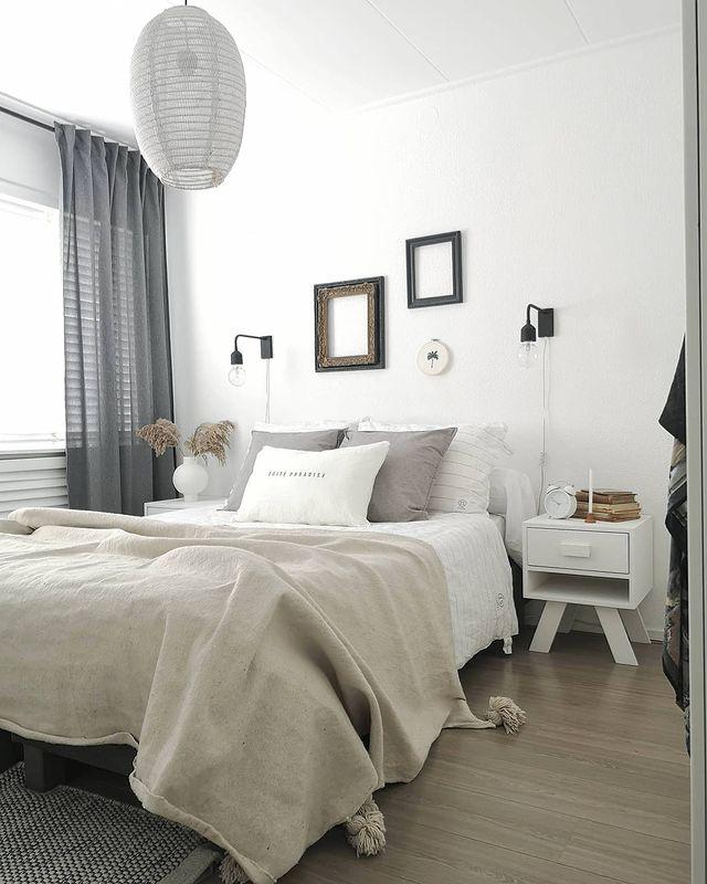 ウォールディスプレイがおしゃれな寝室