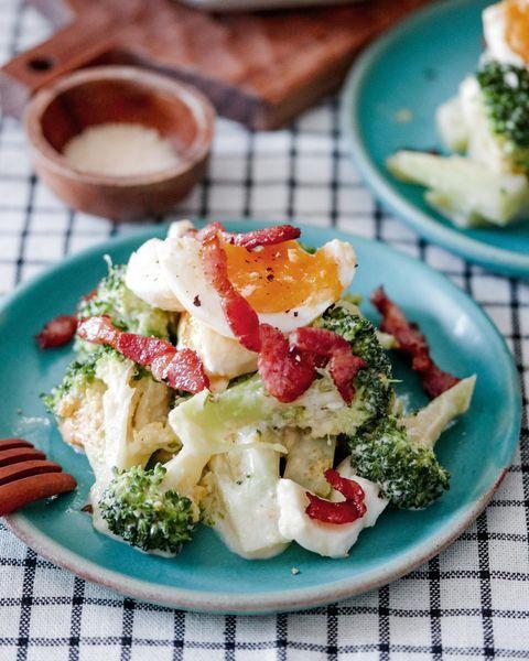 ベーコンとブロッコリーのシーザー風サラダ