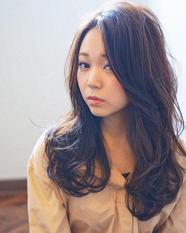 暗髪×ゆるめカールパーマ