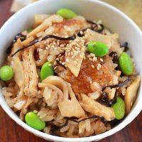 旬の野菜を使った料理をご紹介。筍と枝豆の塩昆布炊き込みご飯